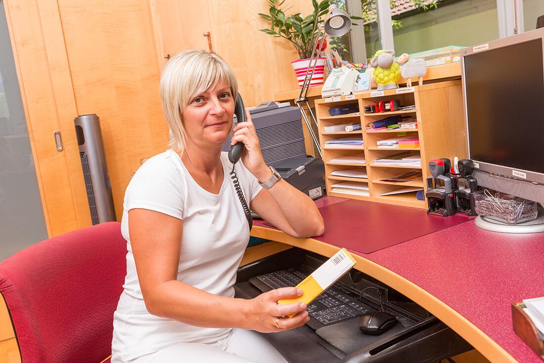Hausarzt Bernhardsthal - Neugebauer - am Rezeption unserer Praxis