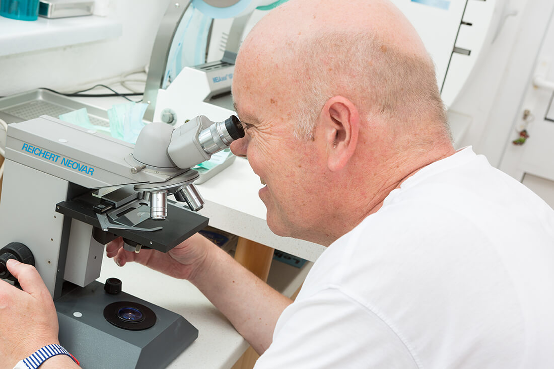 Hausarzt Bernhardsthal - Neugebauer - Mikroskop in der Praxis